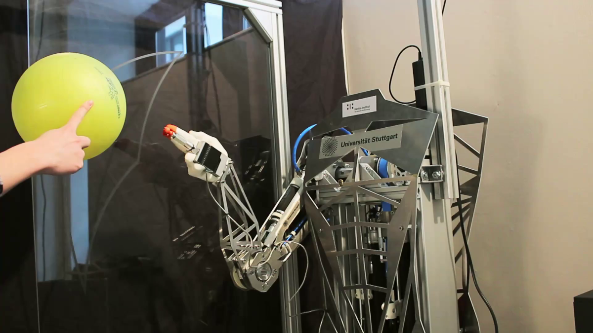Hitting a ball with a muscle-driven robot A combination of feedback and feedforward control is used to stimulate the musculo-skeletal robotic system. (c)